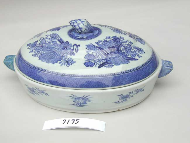 click to view larger image of A fine Chinese Export Porcelain 'Fitzhugh' Pattern Warming Platter circa 1790-1820
