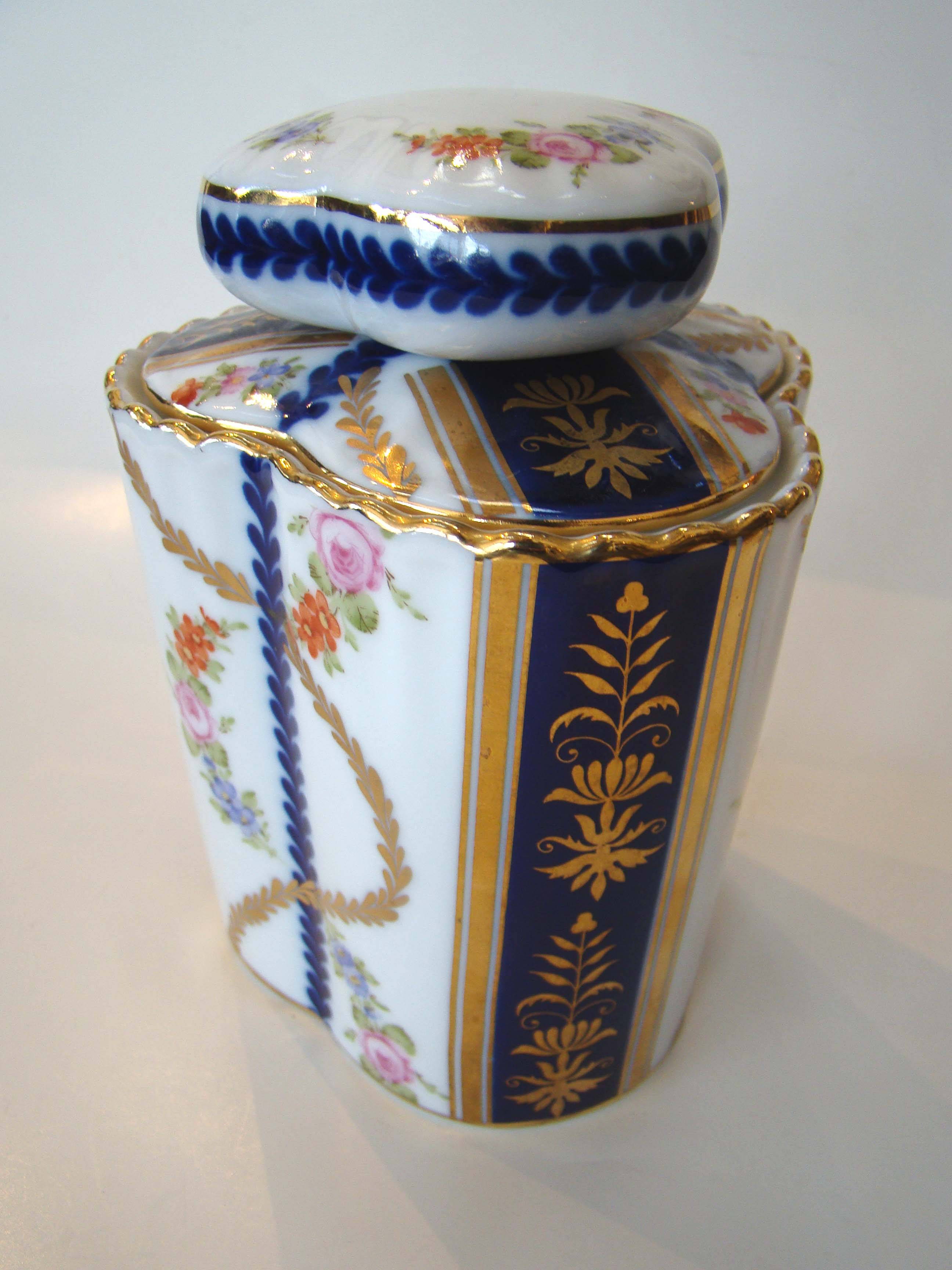 click to view detailed description of A beautiful English Staffordshire covered jar circa 1900-1920